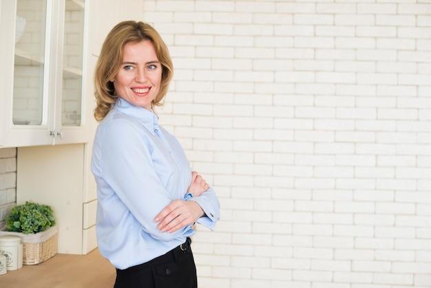 組んだ腕で立っている女性実業家