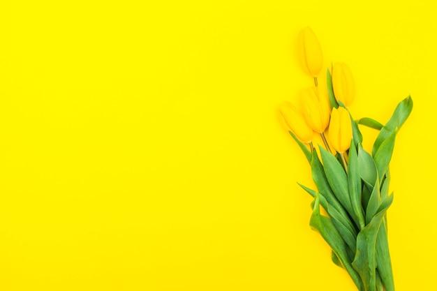 テーブルの上の黄色いチューリップの花
