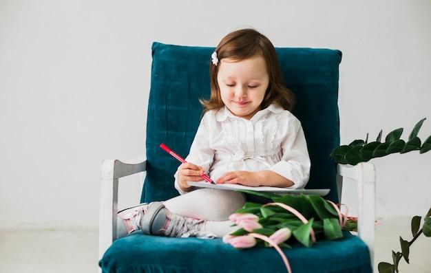 紙の上を描く少女