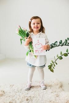 グリーティングカードを持ってかわいい女の子私はママの碑文が大好き