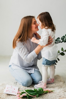 娘と母親のグリーティングカード近くの鼻に触れる