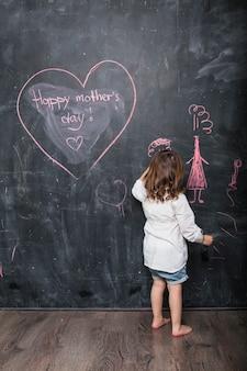 幸せな母の日碑文近くに描いている女の子