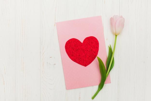 Валентинка с цветком на белом деревянном столе