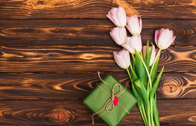 花の束とテーブルの上のギフトボックス