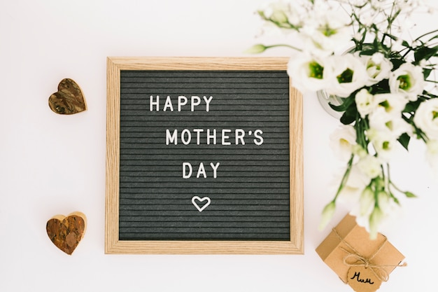 花とボード上の幸せな母の日碑文