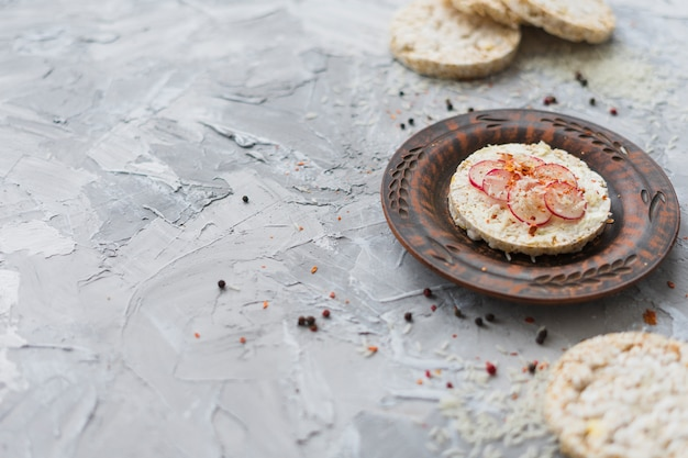 元の餅にカブとチーズのグレーのテクスチャ背景の小片を添えて