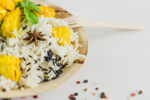 皿にご飯と新鮮な健康的な鶏のクローズアップ