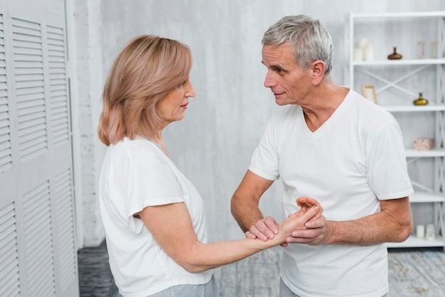 年配の男性が女性の脈をチェックしています