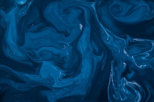 液化流の広がりと暗い青色の背景