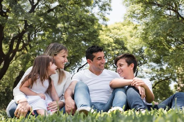 屋外の家族と父親の日コンセプト