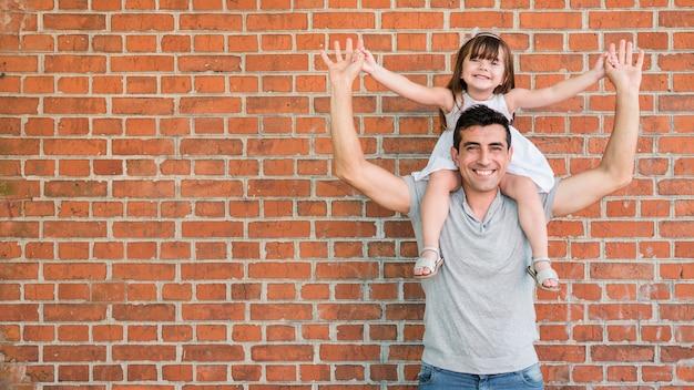 Мужчина и дочь празднуют день отцов