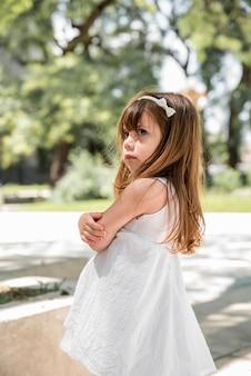 屋外怒っている女の子