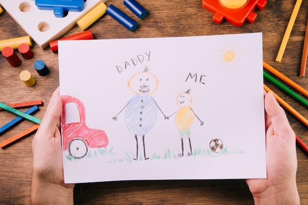 父親の日のために絵を描く子供たち