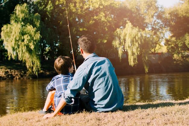 Отец и сын счастливы в день отцов