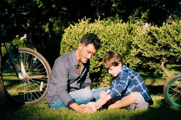 父と息子が一緒に屋外