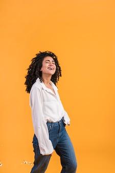 Счастливая женщина улыбается и танцует