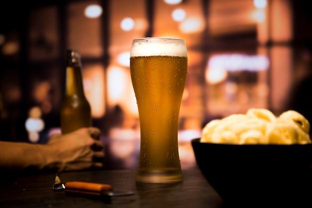 背景をぼかした写真の前にビールのグラス