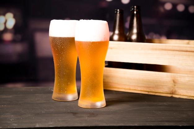 ビールグラスのカップル
