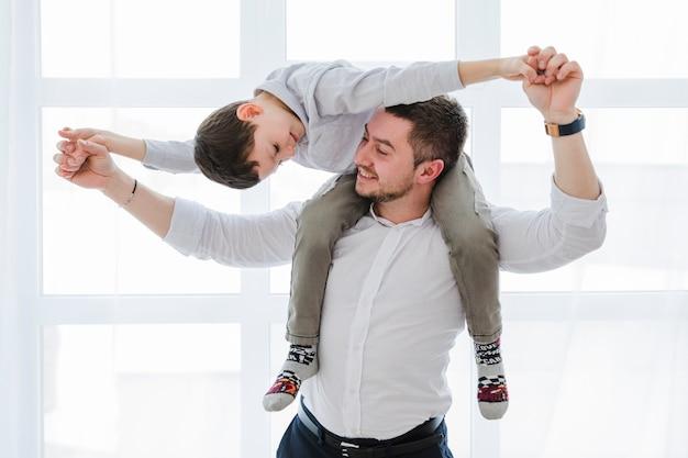 Отец и сын играют вместе в день отцов