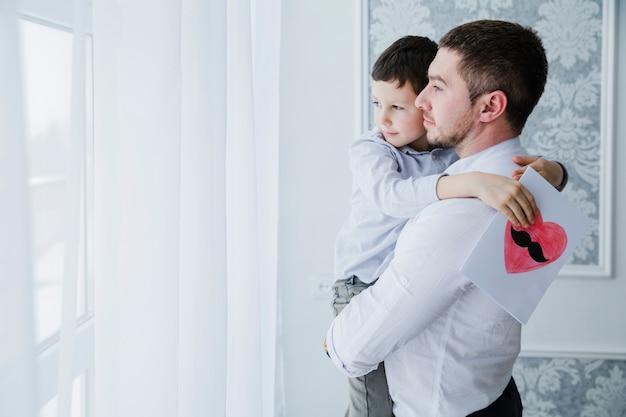 父と息子の父の日に一緒に遊んで
