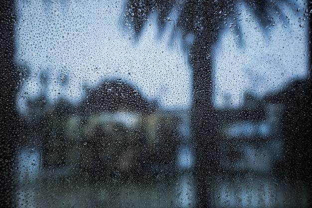 窓に雨が降る