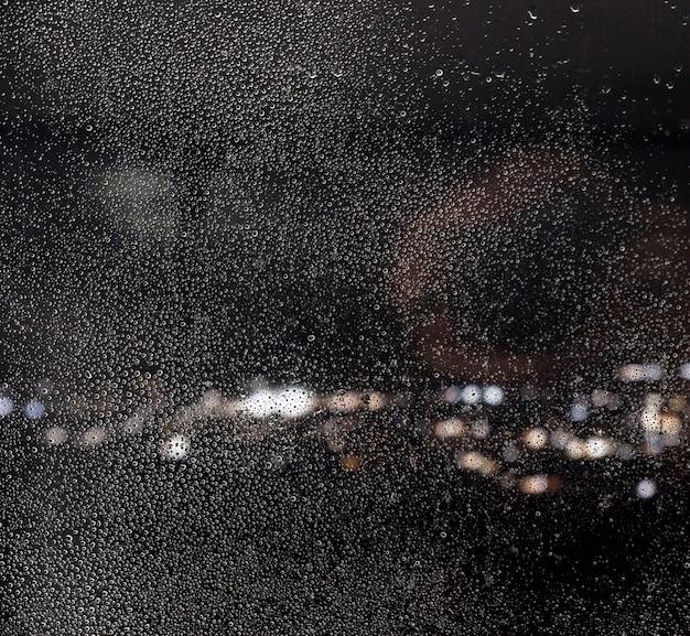 夜の背景に雨の影響