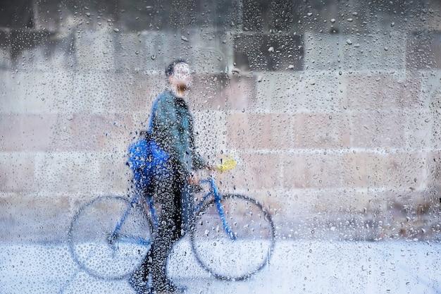 自転車の背景に対する雨の影響