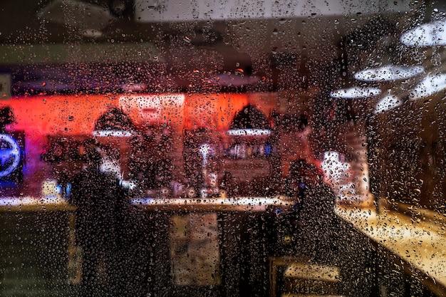 バーの背景に対する雨の影響