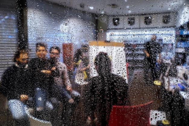 Эффект дождя на фоне магазина