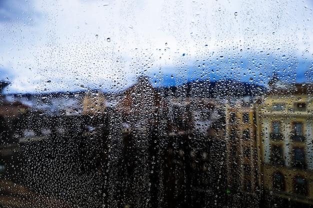 都市の背景に対する雨の影響