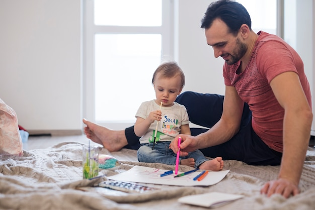 父と息子が創造的な活動を楽しんで