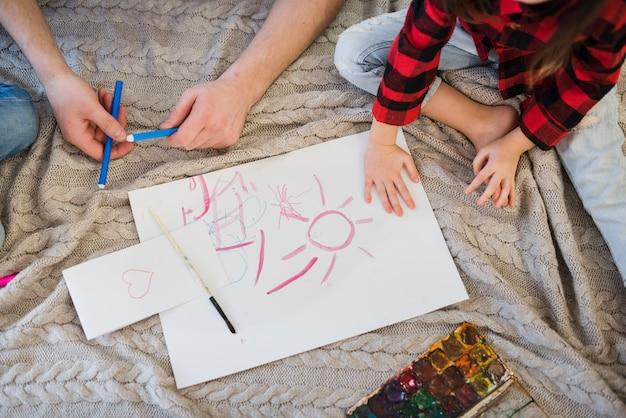 Отец и сын рисуют мелками