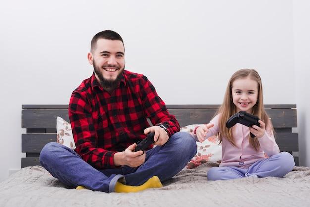 Отец и дочь играют консоль