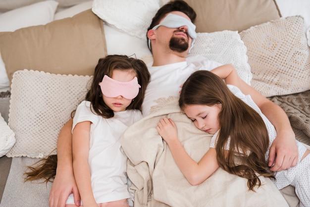 Папа празднует день отцов с дочерьми