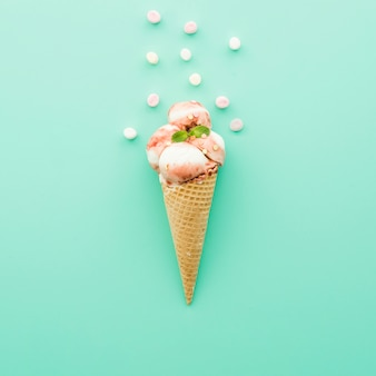 Мороженое в вафельном рожке с сиропом и зефиром