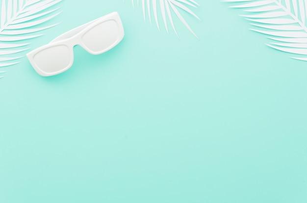 白いヤシの葉とサングラス