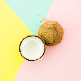 明るいテーブルの上のひびの入ったココナッツ