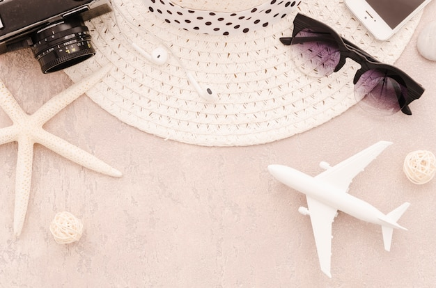 サングラスとおもちゃの飛行機で麦わら帽子