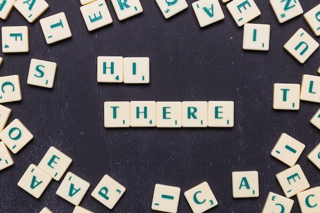こんにちはそこにスクラブル文字で配置された単語