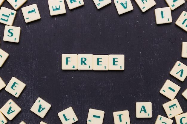 Бесплатные скрэббл буквы на черном фоне