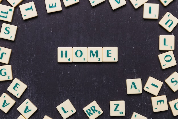 Домашний текст в ряд на черном фоне