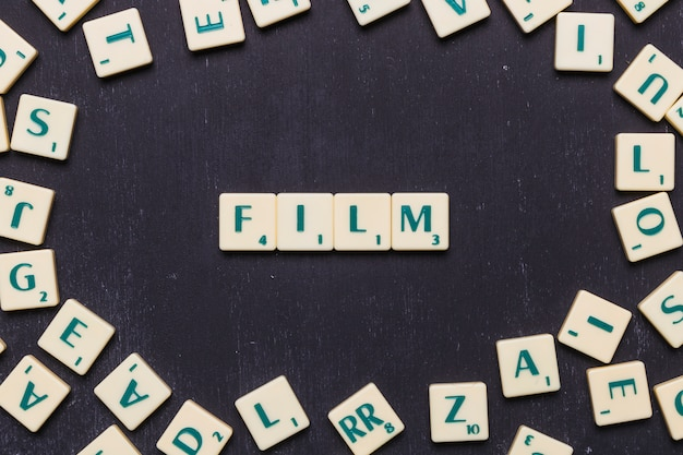 スクラブル文字で配置された映画の単語