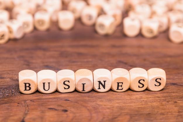 茶色の木製のテーブルの上のビジネスコンセプト