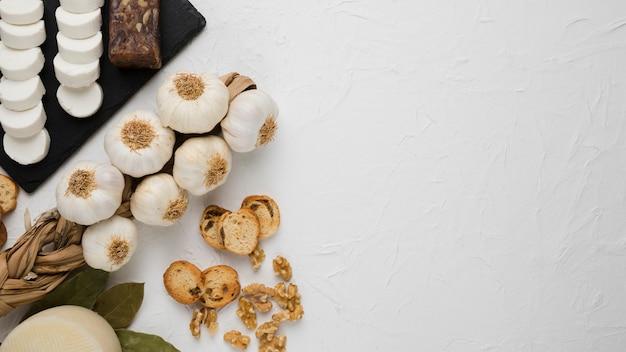 Вид сверху органических свежих ингредиентов для вкусного завтрака