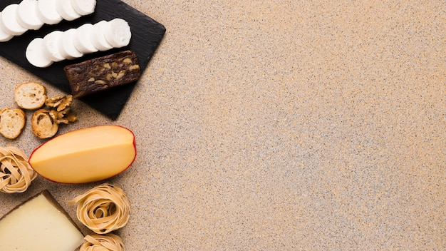 背景の左側にチーズのスライスと新鮮な食材