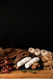 暗い壁紙に対して木製のテーブルでおいしいローフード