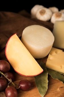 Крупный план яркого сыра и винограда
