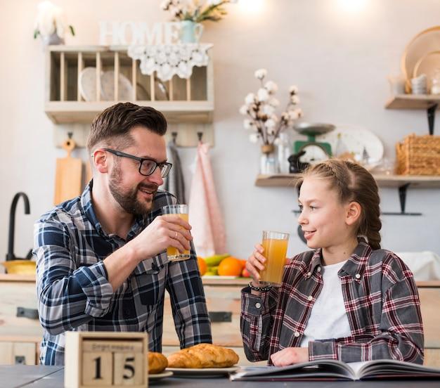父と娘一緒に朝食のテーブル
