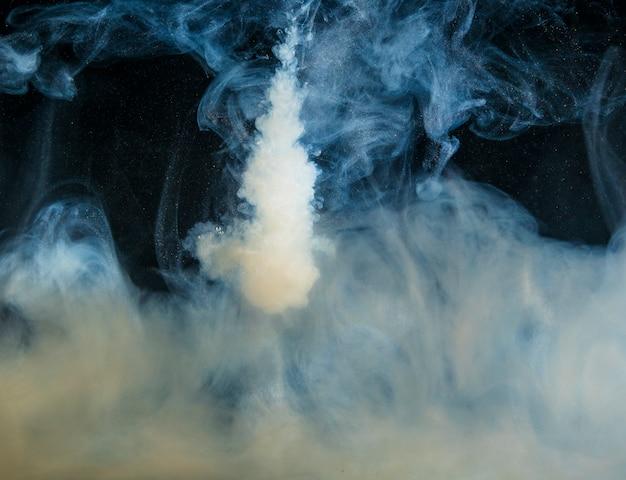 暗闇の中でヘイズの抽象的な重い灰色の雲