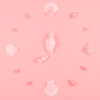 ピンクの背景に貝殻の装飾